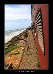 depuis le train entre Galle et Colombo - thierry llopis photographies (www.thierryllopis.fr)